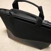 ユニクロの手提げバッグがシンプルでカッコいい!オフィス内での移動用に便利そうだったので買ってみた。
