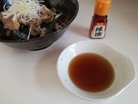 お蕎麦の美味しい食べ方。温かいつけ汁編。ラー油との相性がヤバイ。お肉の甘辛焼が決め手!