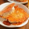 酒の肴にもメシにもいける、ツナ缶とチーズで「パリパリチーズサンドおにぎり」【筋肉料理人】