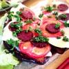 サラミとトマト、カマンベールで米茄子のピザ