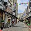 假日广场で沖縄そばを食べる