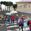 登校の風景:傘を差すか差さないか