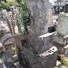 空襲で破壊された 田中家の墓(平塚市)