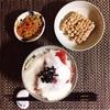とろろまぐろ丼、小粒納豆、きんぴらごぼう。
