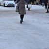 雪道で滑って転んだ人に、優しいツッコミを入れよう。