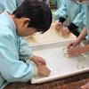2019/02/01明星小学校での和紙すき体験は皆夢中でした!