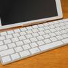 iPad用に購入した「角度調整が自由にできる軽量スタンド」で768gの2in1パソコンの出来上がり。