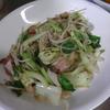 幸運な病のレシピ( 1791 )夜:青梗菜とモヤシのベーコンにんにく炒め、汁(ニラで仕立て直し)