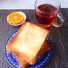 厚切りトースト、みかん、紅茶。