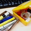 「ストレージコンテナ」と「ミニ道具箱」で散らかりがちなデスクまわりを片付ける
