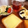 今日の朝食ワンプレート、チーズ厚切りトースト、紅茶、タルタルソースレタスサラダ、バナナブルーベリーグラノーラヨーグルト