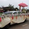 タイ東北部イサーンの田舎のフェスティバルの行列をご覧ください。2018