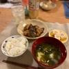ごはん、ナスと鶏肉の炒め物、高野豆腐、じゃがいもとわかめの味噌汁