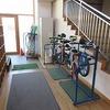 学校探訪① 昇降口の一輪車と竹馬