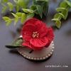 鮮やかな深紅色の『椿(つばき) ブローチ』
