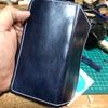 ヌメ革をネイビーに染めてiPhoneケース手作り中