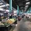 近所にあるローカル市場にお買い物。