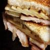 ベーコン、たまねぎ、りんごのグリルドチーズ