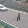 道の真ん中に立っている男の後方から車が・・・このあと何が・・