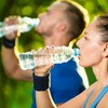 アスリートの水分補給(糖質4に対してタンパク質1の割合を加えて摂取することで、水分補給と再補給、筋タンパク質の合成、グリコーゲンの再蓄積を促し、筋損傷マーカーを抑制する)