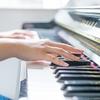 わんぱくな子供たちと、真っ赤なピアノたち。