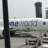 【OWRTW世界一周】9・「AA5820(JL006) NRT-JFK B777-300ER  BusinessClass 13K」前半・シェルフラットネオで読む「地球の歩き方ー香港」