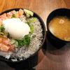 「魚居酒屋 海鮮すなおや食堂 西中島店(2号店)」の「生サーモンとしらすの温玉丼」