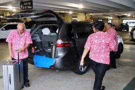 〔最新版〕ダニエル・K・イノウエ空港(旧ホノルル空港)のチャーリーズタクシー待合場所が変更!赤いアロハのスタッフが目印。