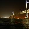 「船上から見上げる横浜ベイブリッジ」の夜景
