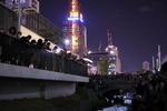 光る風船5000個が創成川を埋め尽くす! 「創成川キャンドルストリーム」、さっぽろテレビ塔を望みながら。