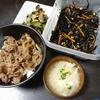 牛丼、ひじき大豆、なすきゅうり漬物、味噌汁