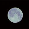 半分ブルーで半分ご機嫌の月