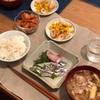 ごはん、刺身(小さい子はゆで魚)、ちくわとコーンの醤油炒め、豚汁