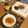 ミートソースのパスタ、サーモンのロミロミサラダとブロッコリー、とうもろこし