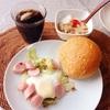 野菜とポークのカレーパン、目玉焼き、バナナヨーグルト。