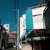 空の青と壁タイルの青が気になった杉並たばこ商業協同組合の建物