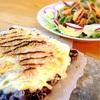 黒大豆テンペのしらすピザと柿のソムタム