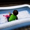 ベランダでの水遊びに最適なビニールプール!「インテックス レクタングラー ベビープール」のレビュー。