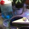 喫茶ソワレの「クリームソーダ・ブルーハワイと抹茶レアチーズケーキ」/幻想的な碧のレトロ喫茶店で青いドリンクを飲み、非日常空間を味わってみる