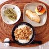 納豆とろろ丼、焼き鮭、ふき煮物。