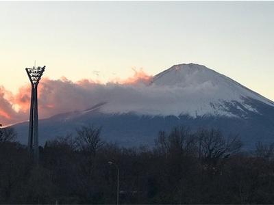 東名高速足柄SA、茜雲と富士山〜良いお年をお迎え下さい〜