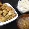 手羽元フライドチキン、スープ、サラダ