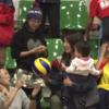赤ちゃんを抱いたままボールをキャッチした観客の正体は
