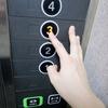 急に!?エレベーターのボタン皆、指の第二関節で押してますよ?