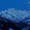 朝6時。満月と湯ノ沢岳。