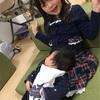 膝の上の赤ん坊