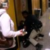 米国の学校集会で管理職批判の女性教師が、発言後、廊下に連れ出され逮捕