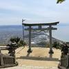 天空の鳥居(高屋神社)と紫雲出山