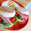 イングリッシュマフィンと生ハムで作る華やかなサンドイッチ【朝ごはん】