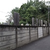 代田橋の背の高い卒塔婆のある墓地(世田谷区)